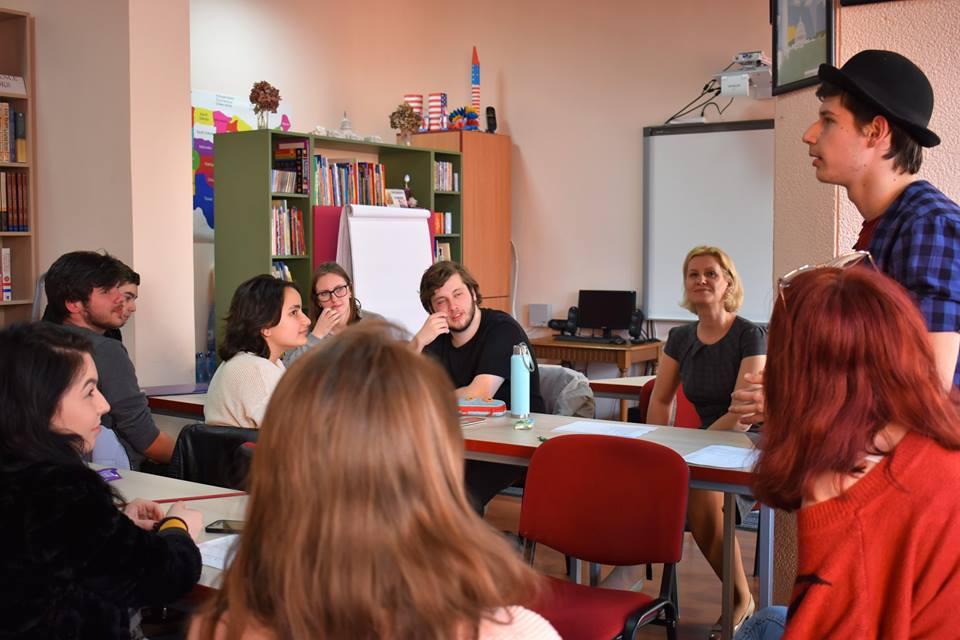 """Studenții UMFST, invitați la masa rotundă cu tema """"Americanness and National Identity"""""""