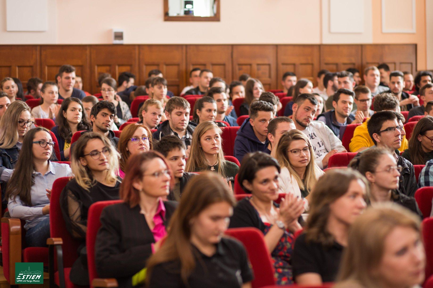 Foto studenti fata in fata cu angajatorii